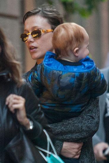 Gabriella Pession passeggia per le vie del centro di Milano con mamma e figlio